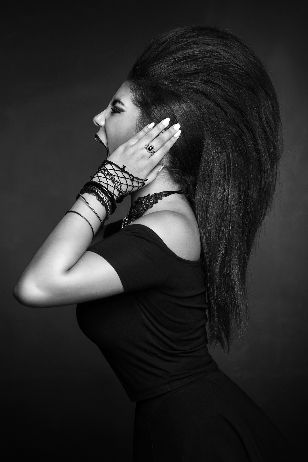 Portrait - Markus Hertzsch - B&W - Girl - Model - Bildlook - Face - Pose - Art - Hair - Eyes - Scream - Loud - Power - Noise - Fashion - Miriam