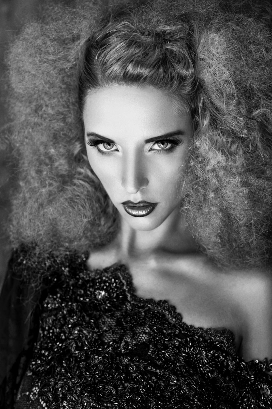 Portrait - Markus Hertzsch - B&W - Girl - Model - Bildlook - Face - Pose - Art - Hair - Eyes - Dress - Fashion - Hairstyle