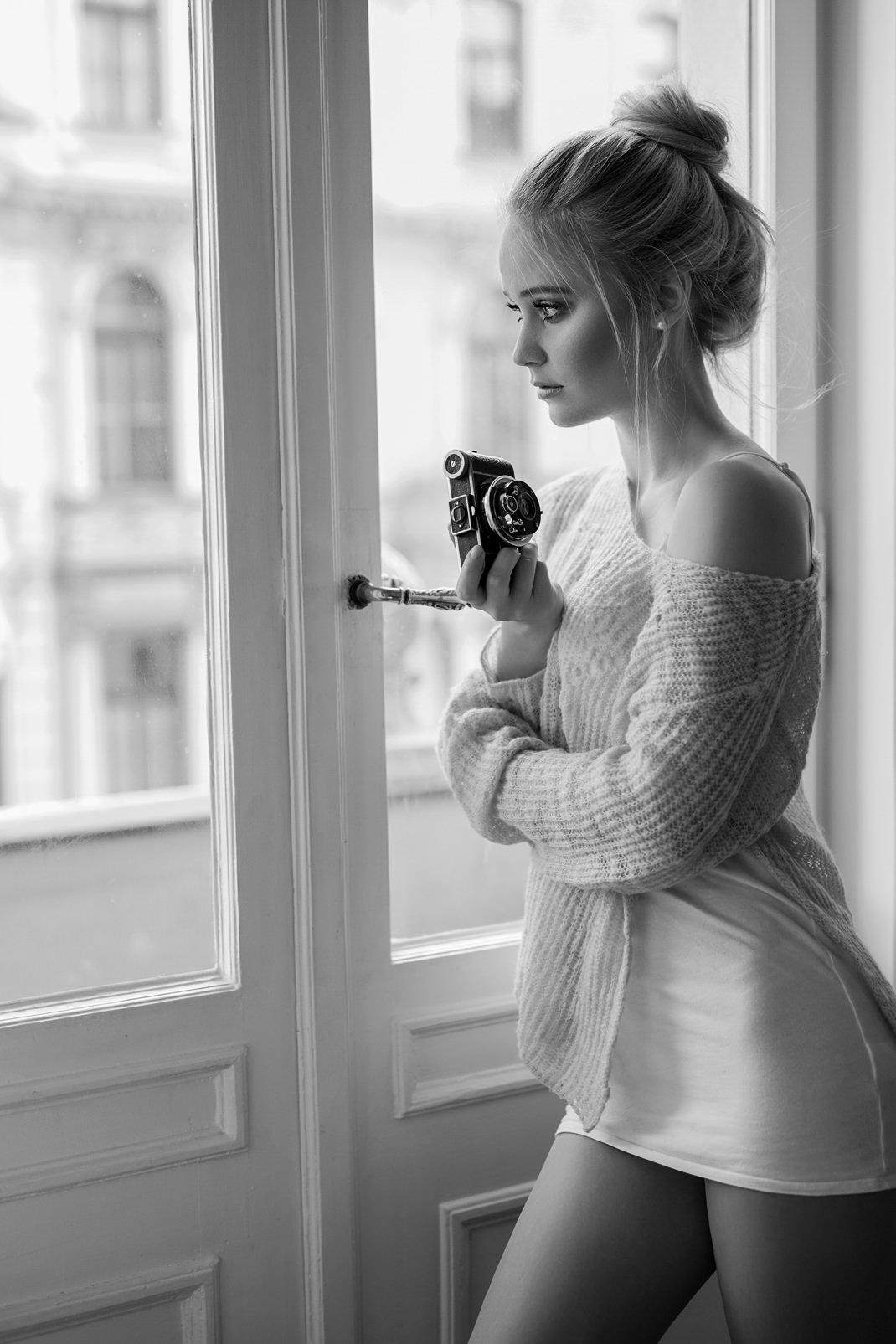 Two Beauties - Antonia & Ihagee Parvola - Markus Hertzsch - Camera - Girl -Window