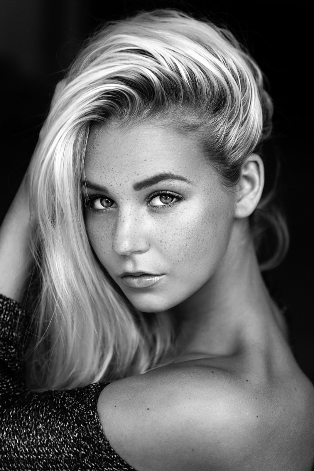 Portrait - Markus Hertzsch - B&W - Girl - Model - Bildlook - Face - Pose - Art - Hair - Eyes - Lorena - Blonde