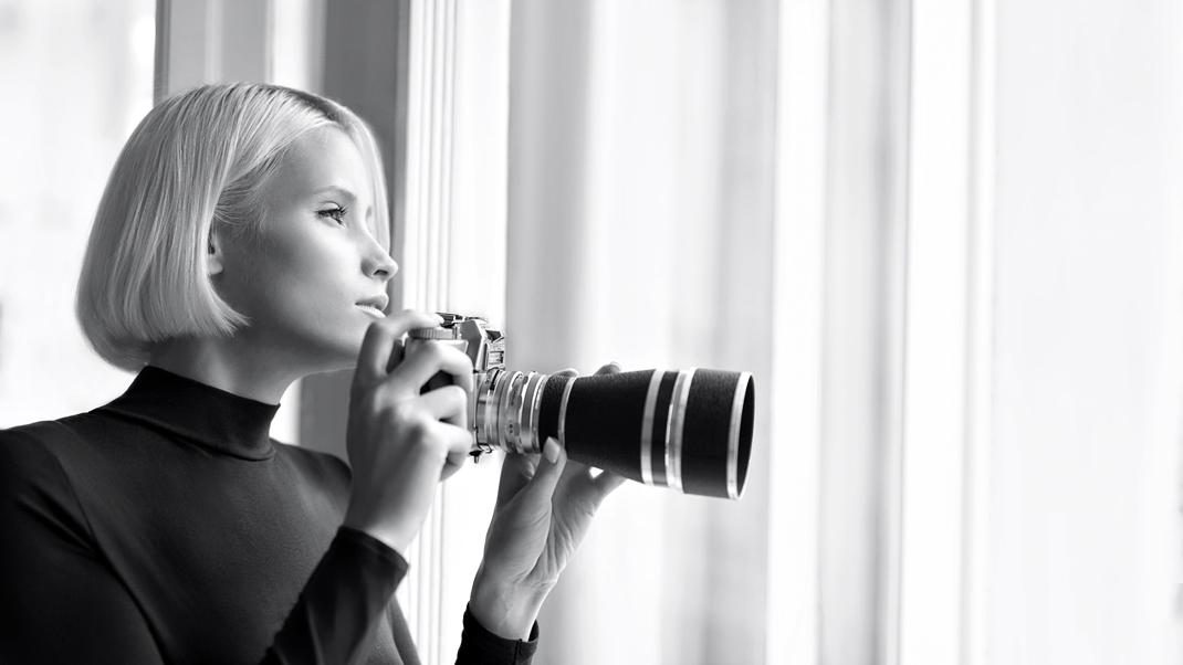 Two Beauties - Jane & Voigtländer Bessamatic with Super Dynarex 200 - Markus Hertzsch - Camera - Girl - Window