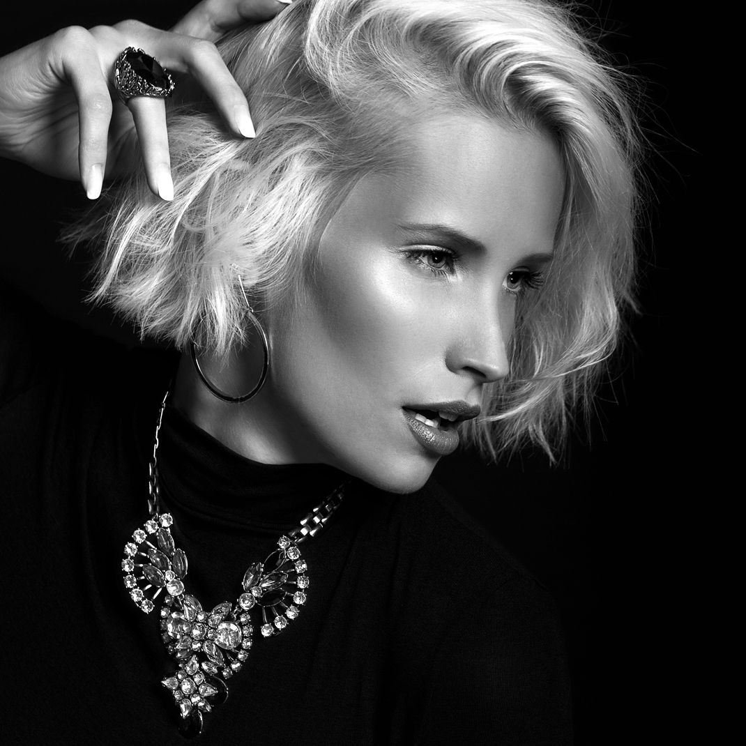 Portrait - Markus Hertzsch - B&W - Girl - Model - Bildlook - Face - Pose - Art - Hair - Eyes - Necklace - Blonde