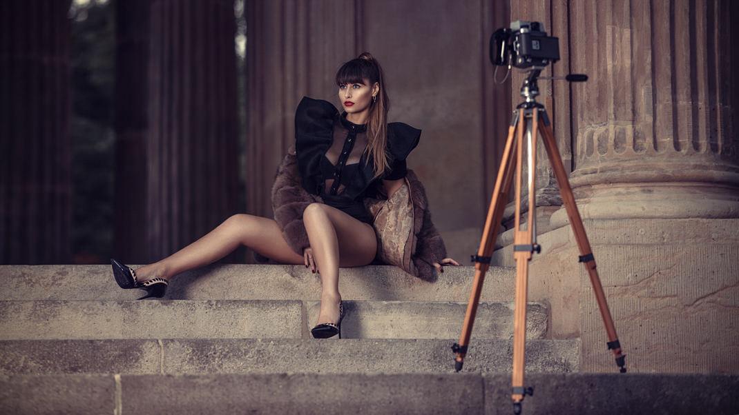 Two Beauties - Kristina & Mamiya Press 23 - Markus Hertzsch - Camera - Tripod - Girl