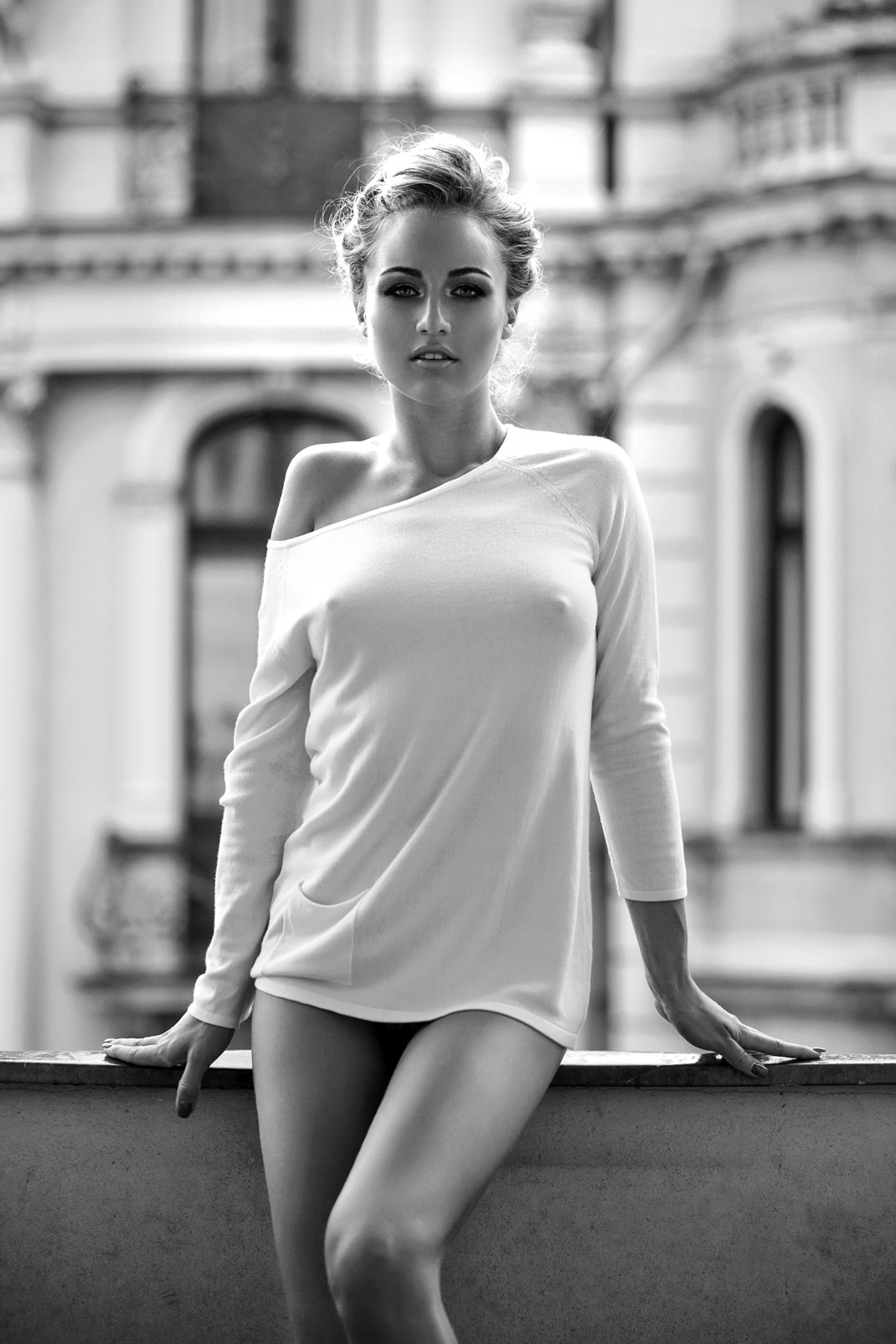 Portrait - Markus Hertzsch - B&W - Girl - Model - Bildlook - Face - Pose - Art - Hair - Eyes - Angelina - Balcony - Blonde - Legs
