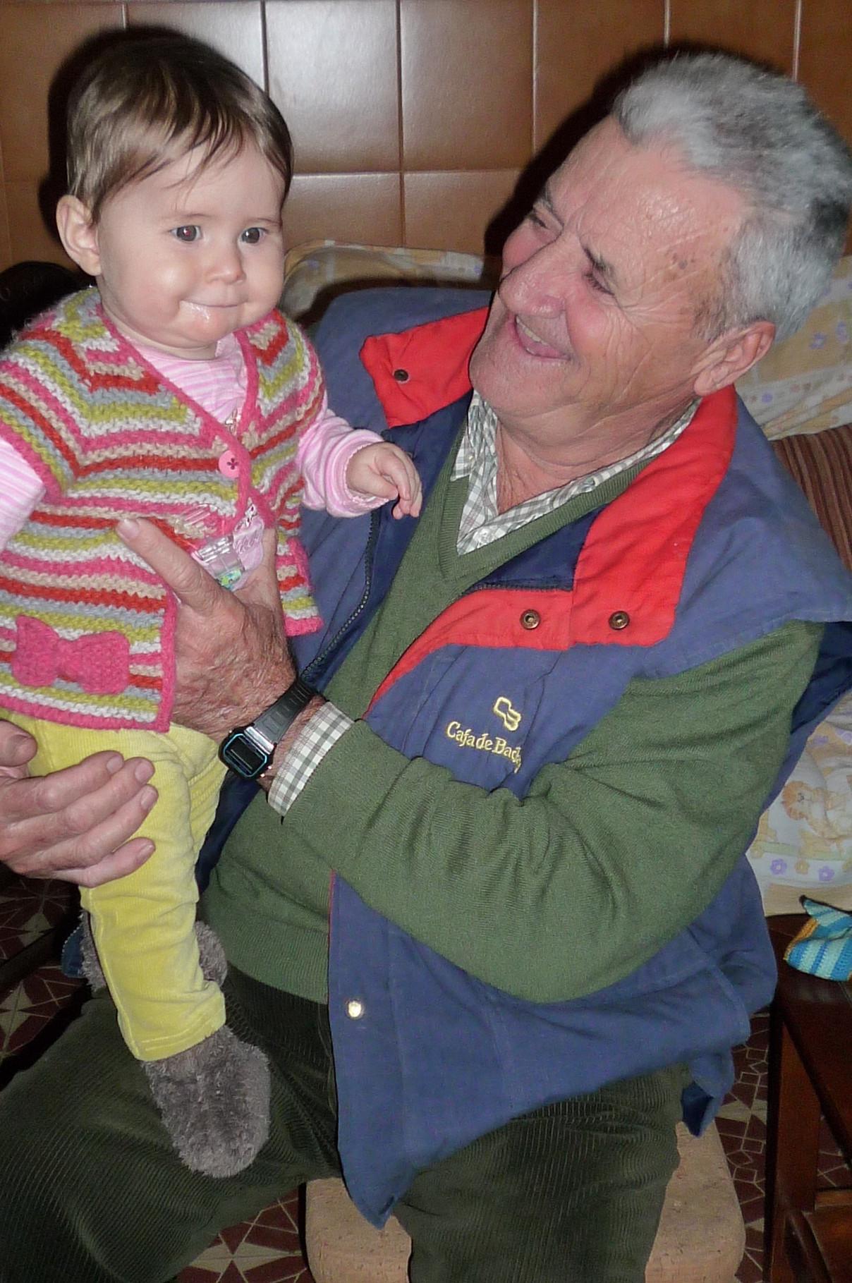 Onkel Jacinto spielt mit Olivia