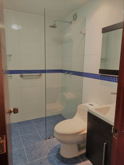 Baño con acabados modernos