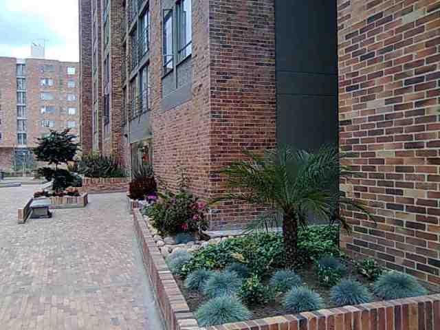 acceso a la torre con hermosos jardines