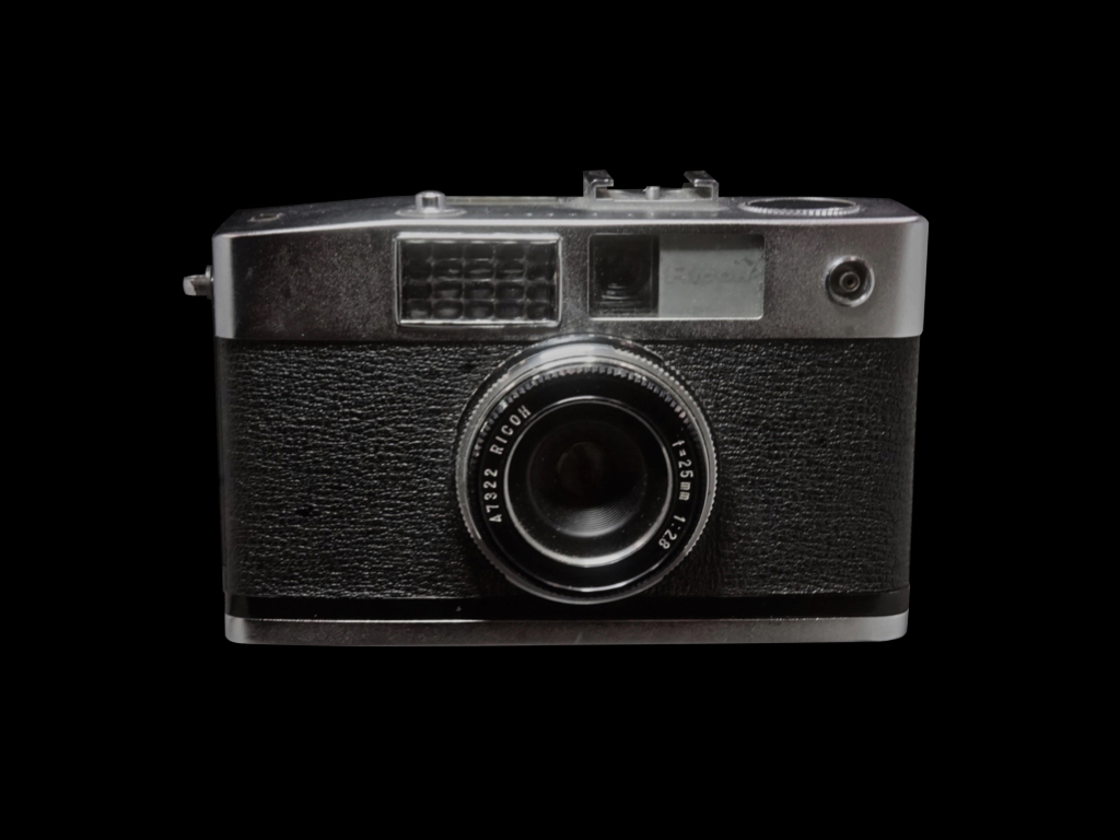 Ricoh caddy 35mm lens shutter Release date: July 1961 Screen size 24 x 17 mm Lens: Ricoh 25mm F2.8 It is equipped with a wide-angle lens (at that time) with a focal length of 35mm when converted to a 35mm screen.