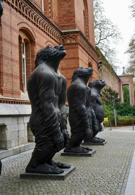 Von China zur Nordart und nach Kiel - 10 Gorillas bewachen den S-H Landtag