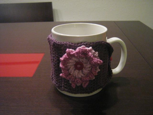 Calientas tazas de ganchillo con NATURA de DMC con flor LILA.