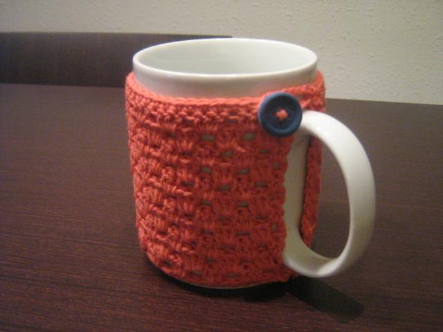 Calienta tazas de ganchillo con NATURA de DMC CORAL.