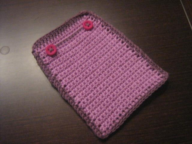 Funda de móvil de ganchillo con NATURA de DMC color lila claro y oscuro con dos botoncillos.