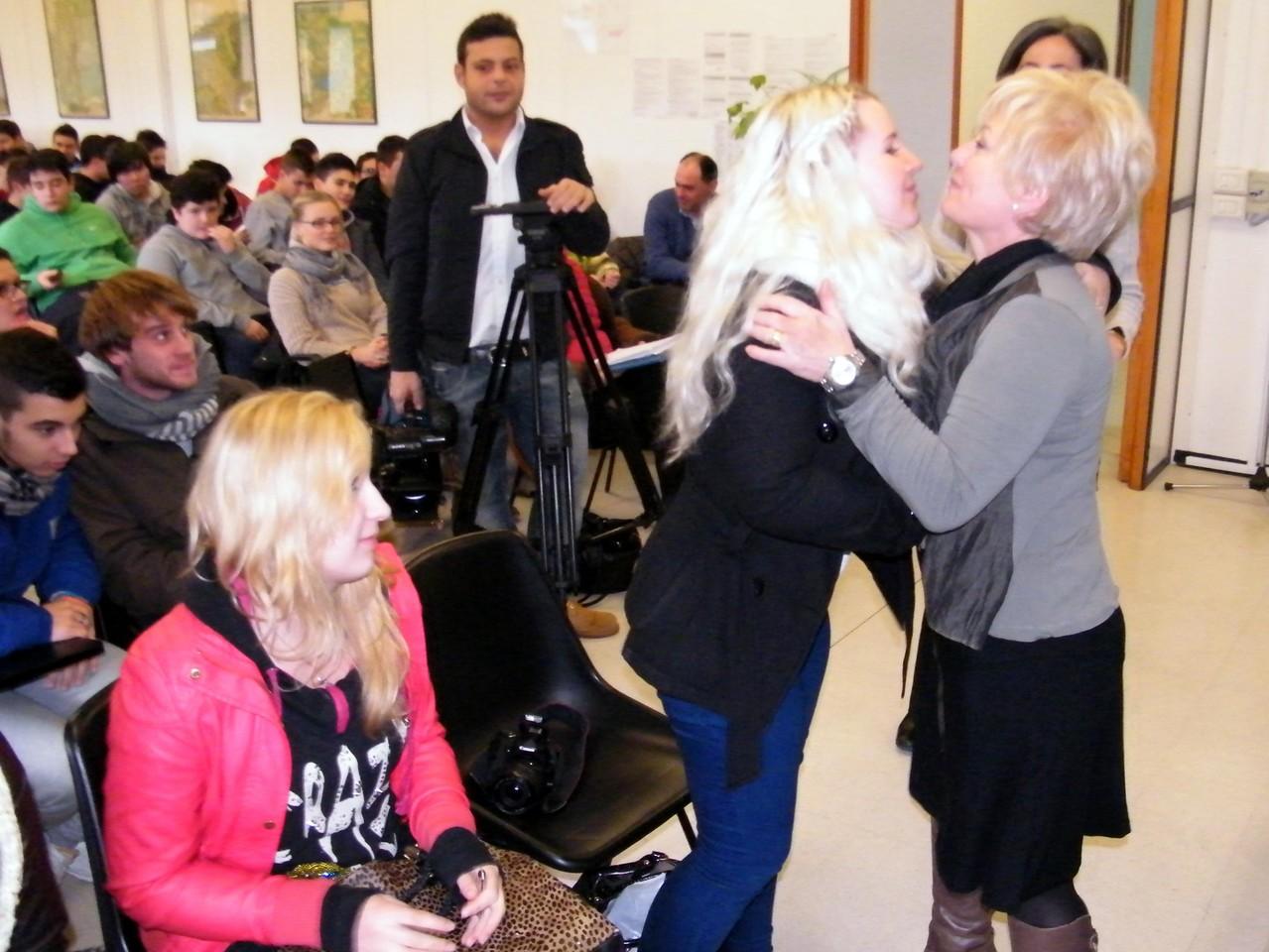 La dirigente saluta le studentesse finlandesi alla vigilia del loro ritorno a casa