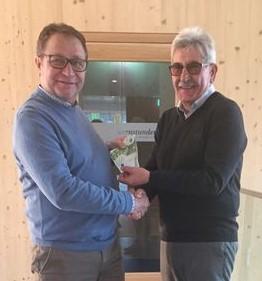 Bernd Aschenbrenner und Erich Schuhbauer bei der Spendenübergabe an die Leukämiehilfe Ostbayern; Foto: Bernd Aschenbrenner