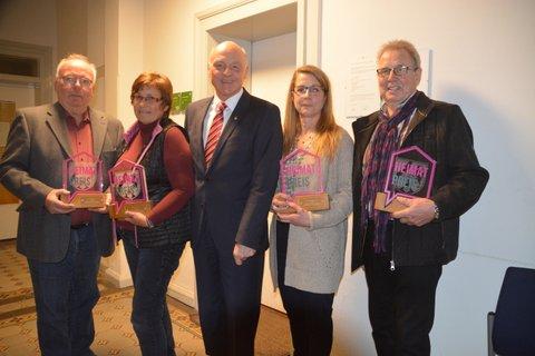 Stellvertretend für die Dorfgemeinschaften, Helmut Schröder, Sonja Volmer, Susanne Kleemann, Wilhelm Sigges; Bürgermeister Klaus Geise mittig
