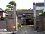 順天堂記念館入口の冠木門
