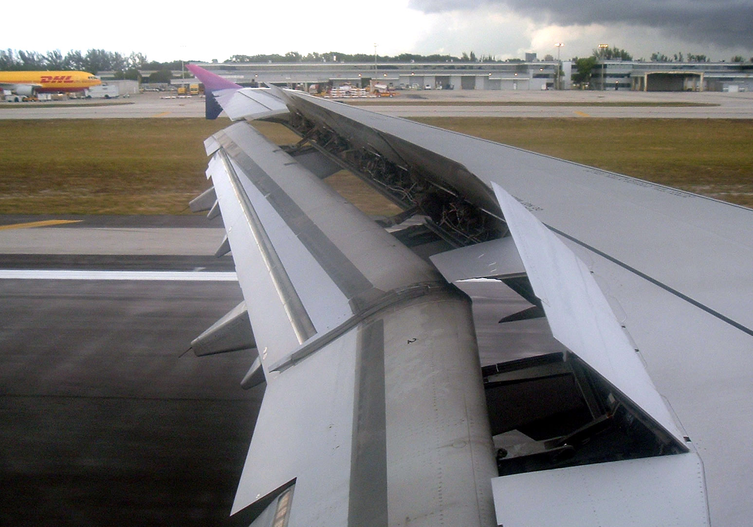 Waar zijn die flappen op de vleugels voor? Daarmee kunnen ze de hoogte bepalen en bij het dalen/landen mee afremmen.
