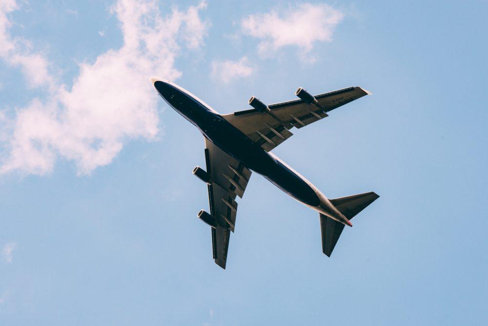 Waarom hebben vliegtuigen rode en groene lampen? Zodat piloten zien of een vliegtuig tegemoet komt of dezelfde kant op gaat.
