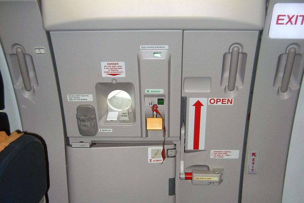 Kun je de deur openen als je in de lucht bent? Nee, door de druk is het onmogelijk die deur te openen. Gelukkig maar.