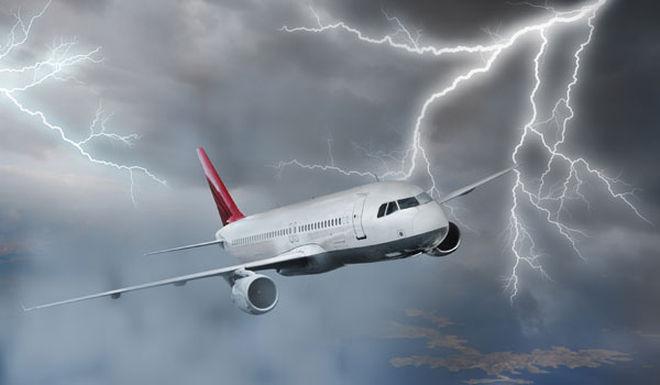 Bliksem inslag gevaarlijk? Nee, het vliegtuig is hier op voorbereid en kan daar mee omgaan.