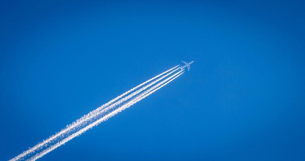 Wat zijn die strepen in de lucht? Dat is waterdamp, dat veroorzaakt wordt door vochtige lucht waar het vliegtuig zich bevind.