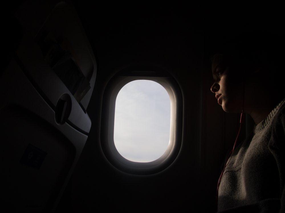 Donker bij opstijgen en landen? Lichten worden gedimd, zodat iedereens ogen gewend zijn aan donker in geval van een crash.