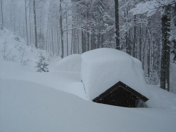 Auf der Jagdhütte liegt schon etwas mehr Schnee