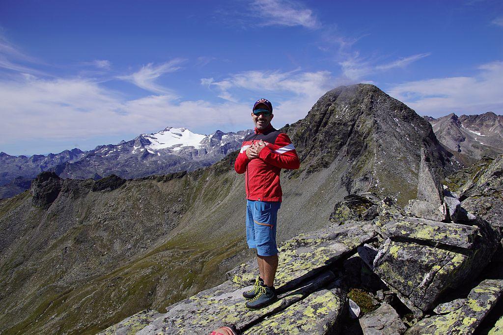 Am Gipfel mit dem Blick zur Hochalm. Das frische Weiß steigert die Sehnsucht auf die bevorstehende Schitourensaison :-); rechts der mächtige Schober Eisig