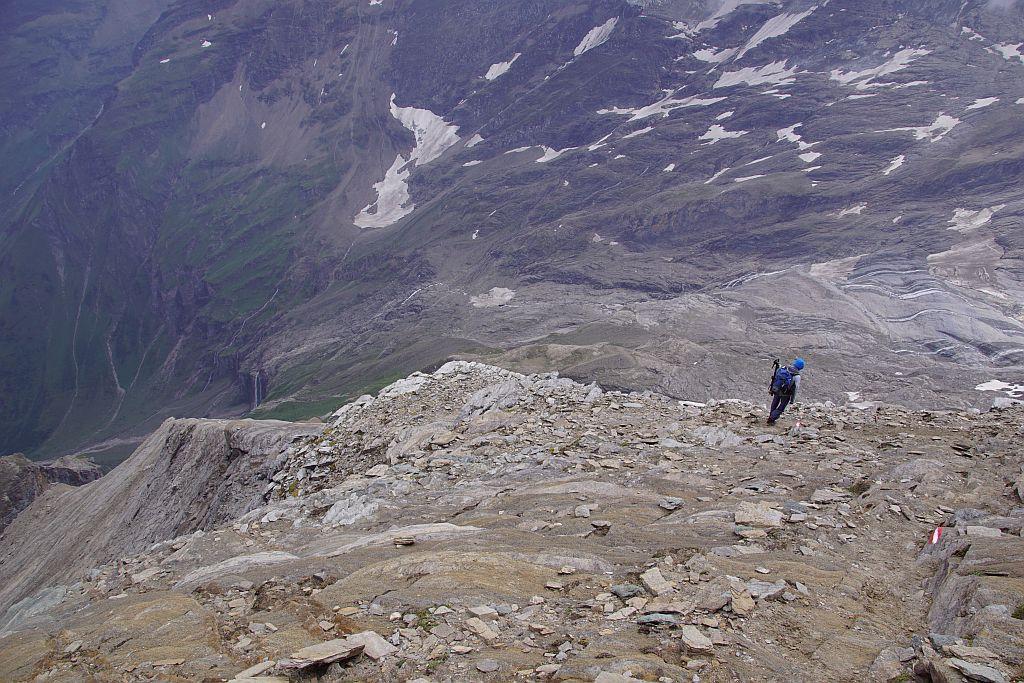 Auf- bzw. Abstiegsweg über felsiges teils versichteres Gelände