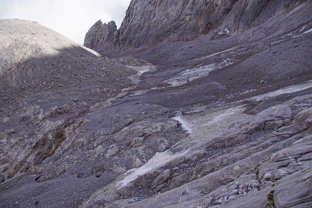 Blick über den Eisscheitel nach Osten. Am Fuße der mächtigen Moräne hält sich noch ein schmaler Firnsaum, welcher die Nachmessungen erschwert.