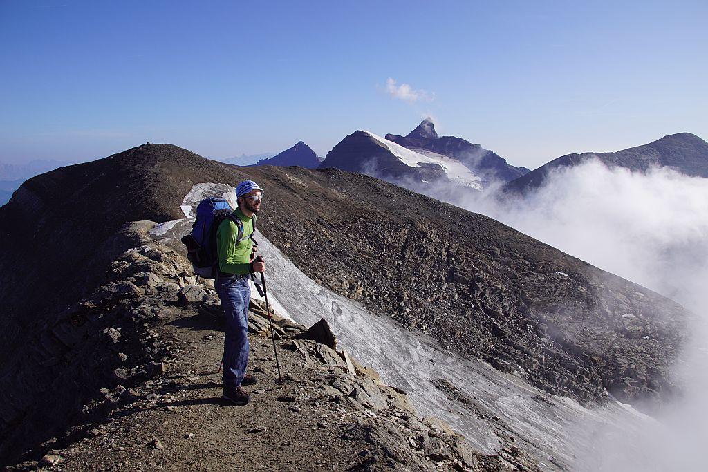Am Südgipfel (3359m), im Hintergrund der Nordgipfel (3358m), rechts die breite Klockerin und gleich daneben das markante Wiesbachhorn. Ganz rechts der Große Bärenkopf.