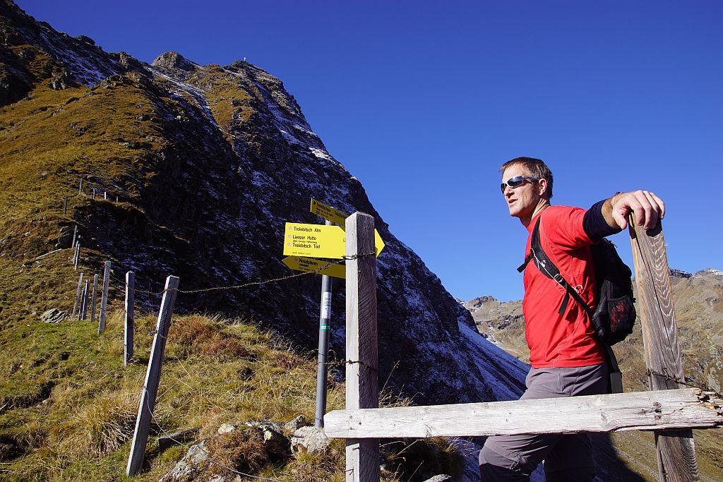 Beim kleinen Sattel in knapp über 2200m Seehöhe, hoch oben sieht man das Gipfelkreuz vom östlichsten Sattelkopf
