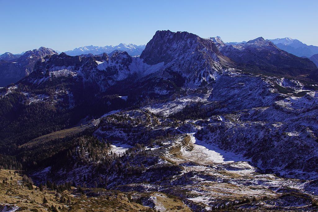 Der Rückweg zur Rattendorfer Alm (links der Bildmitte) zeichnet sich als weiße Linie wunderbar ab; im Hintergrund der Trogkofel