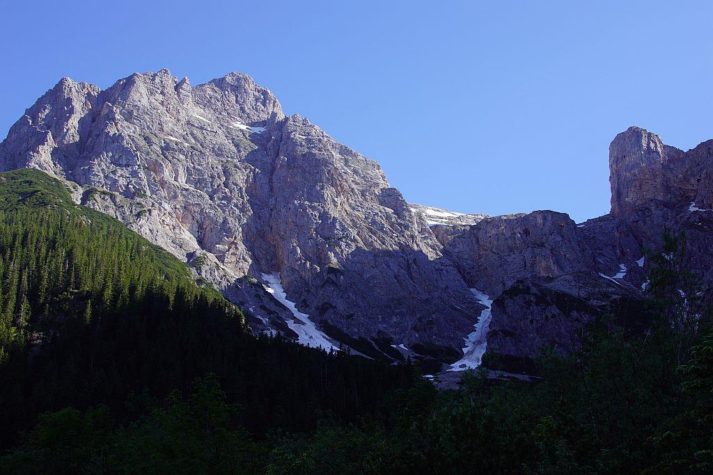 Breithorn (links), der Aufstieg erfolgt zunächst in der Bildmitte und dann über den Latschenrücken im linken Bildteil