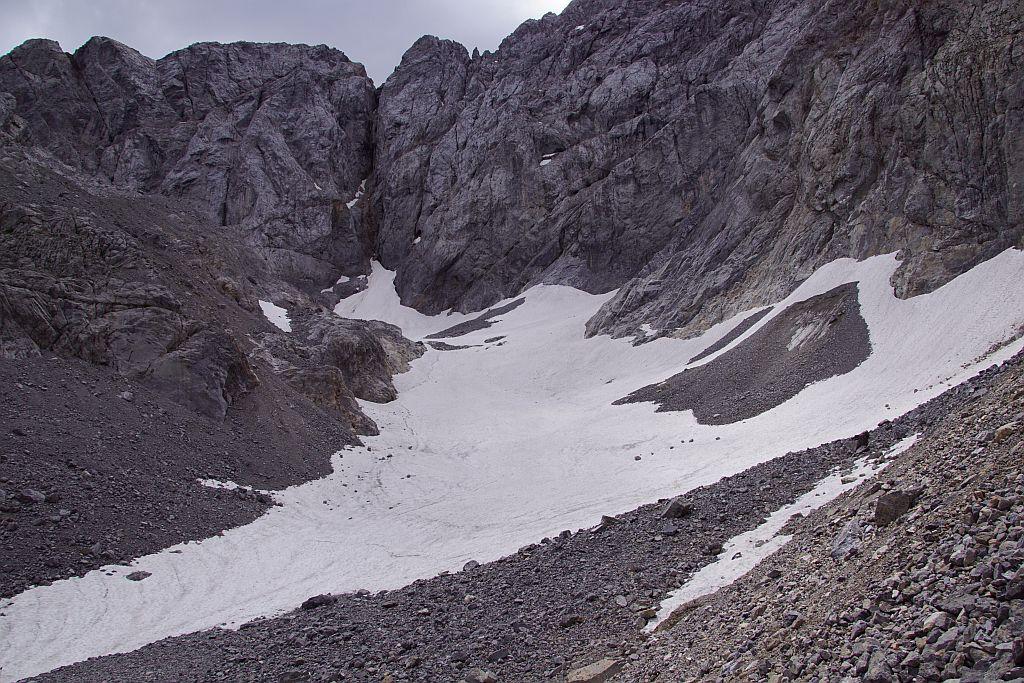 Die Gletscherzunge mt der kleinen Rutschfläche samt Blankeisteil im rechten Bildabschnitt