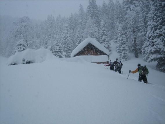 Wir versinken trotz Schiern fast bis zur Hüfte im Schnee und es schneit weiter! Ohne Schier wäre man hier hilflos verloren gewesen.