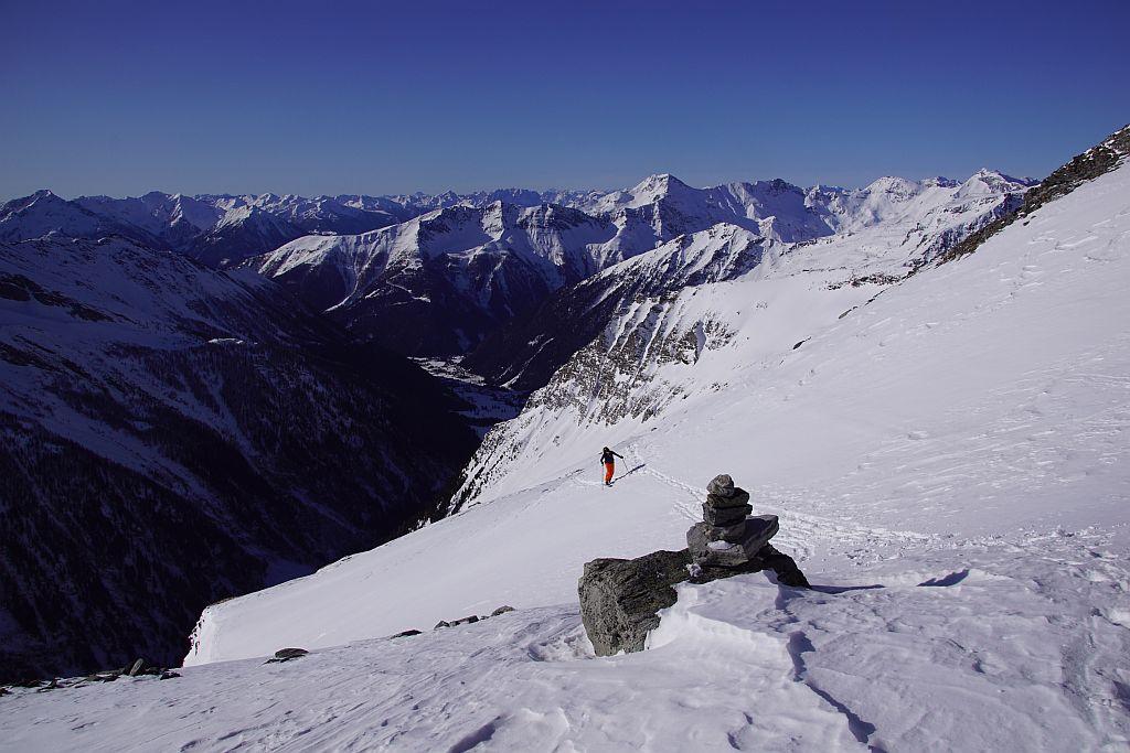 An der Karschwelle des Lassacher Kees, der Blick zurück Richtung Gondel (rechts am weißen Rücken)