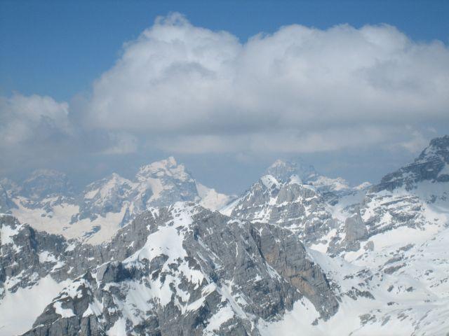 Im Westen erheben sich der Jalovec (2643, links) und der Mangart (2677m, rechts in Wolken)