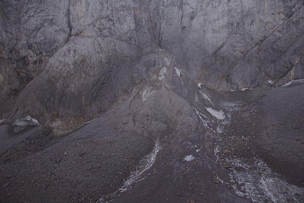 Der höchste Punkt des Gletschers ist ebenfalls schon sehr stark mit Schutt bedeckt und fast frei von Altschnee bzw. Firn