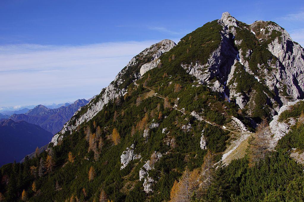 Der Höhenweg vom Biv. Gemona Richtung Monte Piper zieht zunächst gemütlich in leichtem Auf und Ab dahin