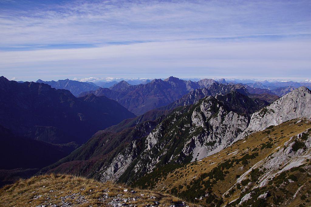 Der Blick vom Gipfel Richtung Südwesten (rechts die Due Pizzi); der Abstieg erfolgt über den breiten Wiesenrücken talwärts
