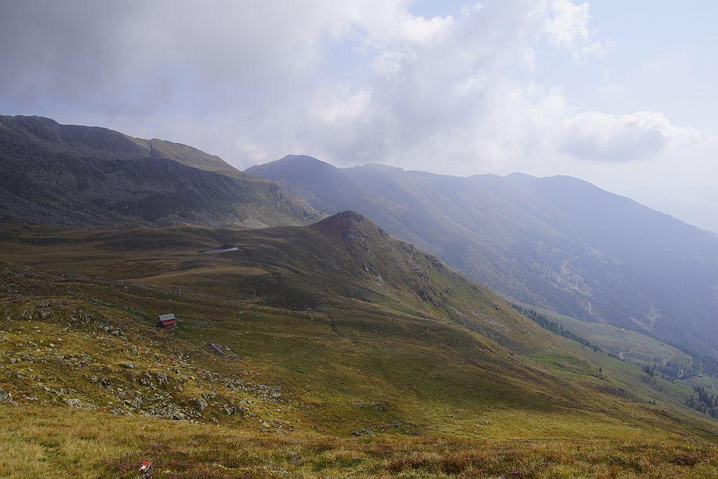 Der weite Weg zurück (rechts im Dunst der Tolzer), im Vordergrund die Bödenalm