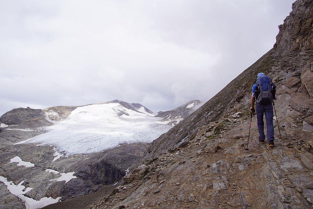 Querung in der steilen Westflanke; links im Bild die Oberwalderhütte und das Wasserfallwinkelkees