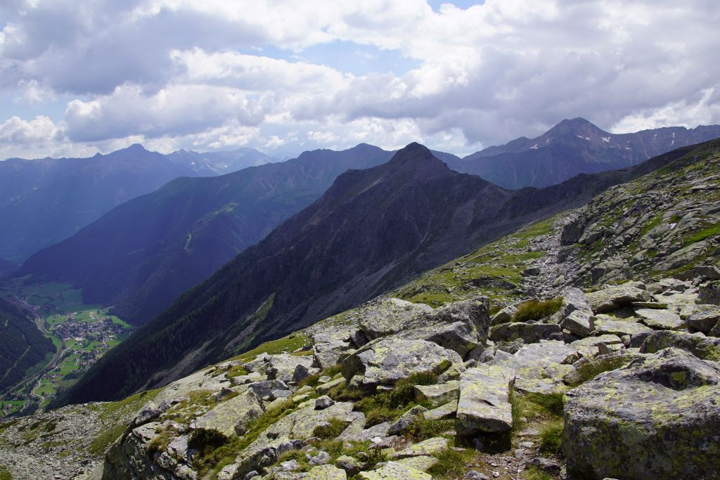Die Abstiegsvariante über den Liesgelespitz erfolgt über den Gratrücken im rechten Bildteil