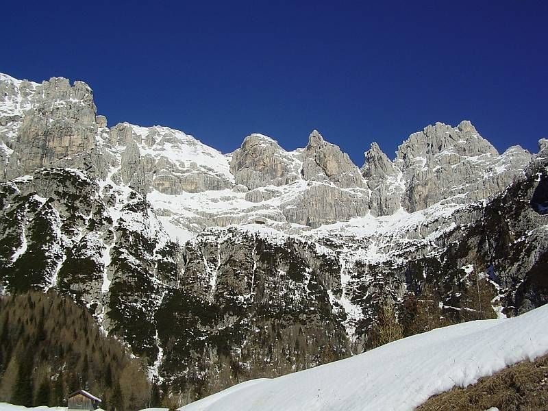 Im Norden erhebt sich der Wischberg (2666m), im Vordergrund ist die Corsi Hütte (1874m) zu erkennen
