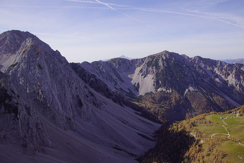 Vom Gipfel der Blick nach Westen ins Hochstuhlkar, rechts im Bild die Matschacher Alm sowie der Übergang ins Bärental