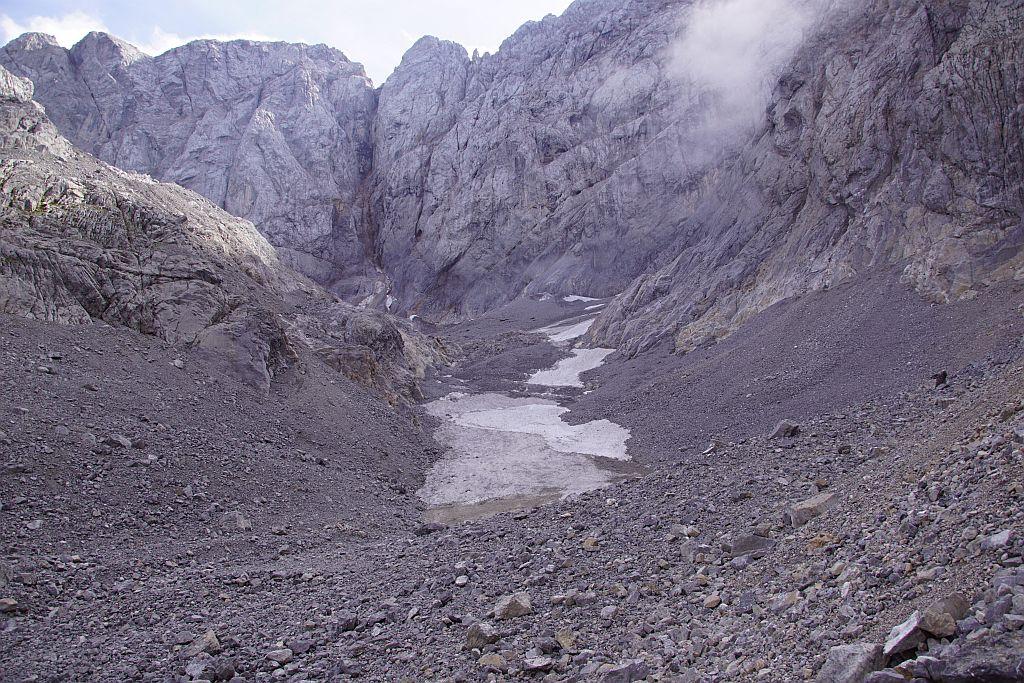 Blick durch den zum Teil noch mit Firn bzw. Altschnee bedeckten Trog der Gletscherzunge nach Süden hinauf zur Kellerwand
