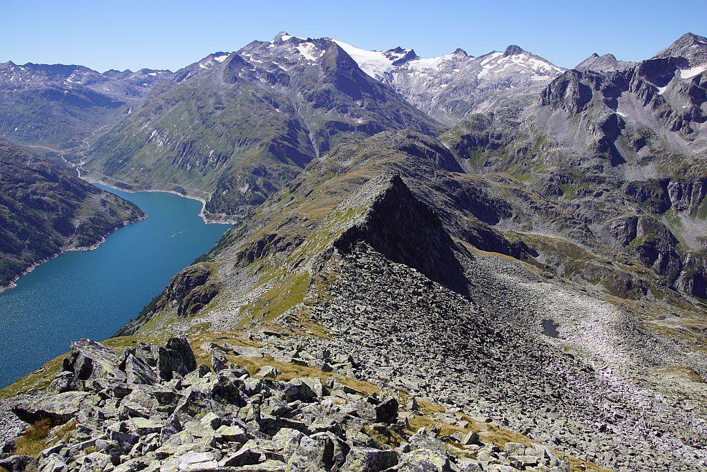 Über Wiesen- udn Blockgelände sowie kurz über den Grat geht es zum Gipfel. Rückblick über den Aufsteig.