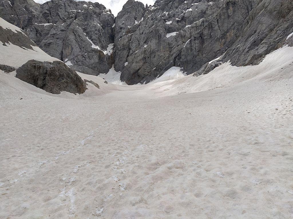 Der Trog der Gletscherzunge ist zwar schön breit aber deutlich weniger stark gefüllt als in anderen schneereichen Jahren.