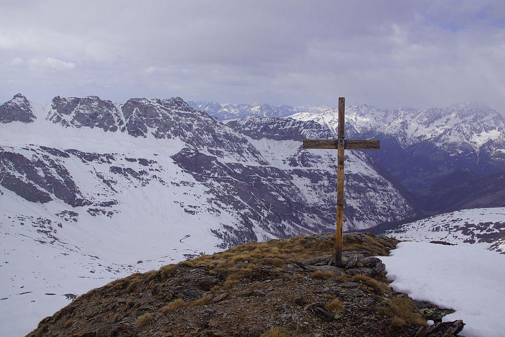 Beim Kreuz am Vorgipfel, Blickrichtung Südwesten zum nahen Stellkopf